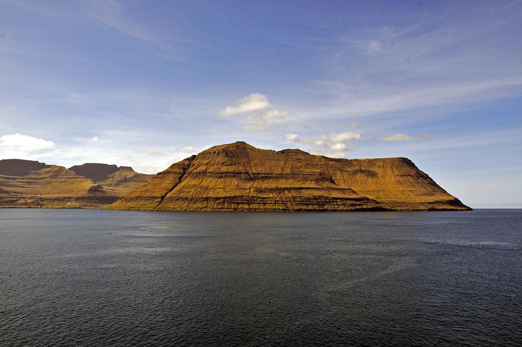 färöer inseln - vom schiff aus - bei fuglafjord