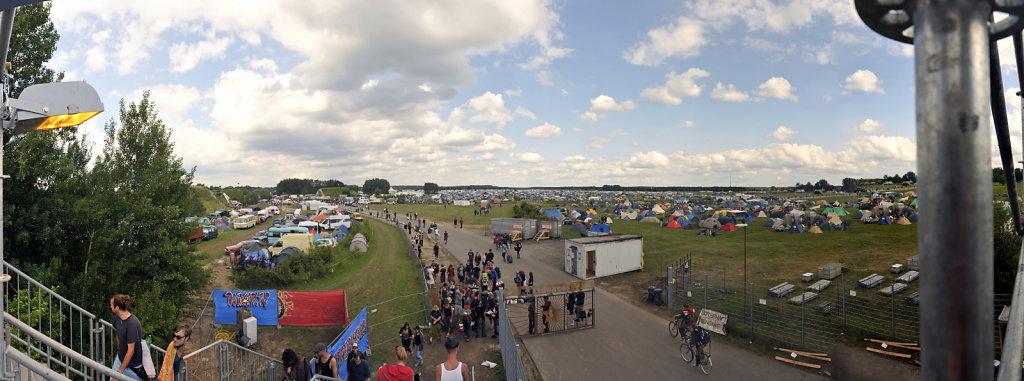 fusion 2013 - (33) - teilpanorama camp fußgängerbrücke