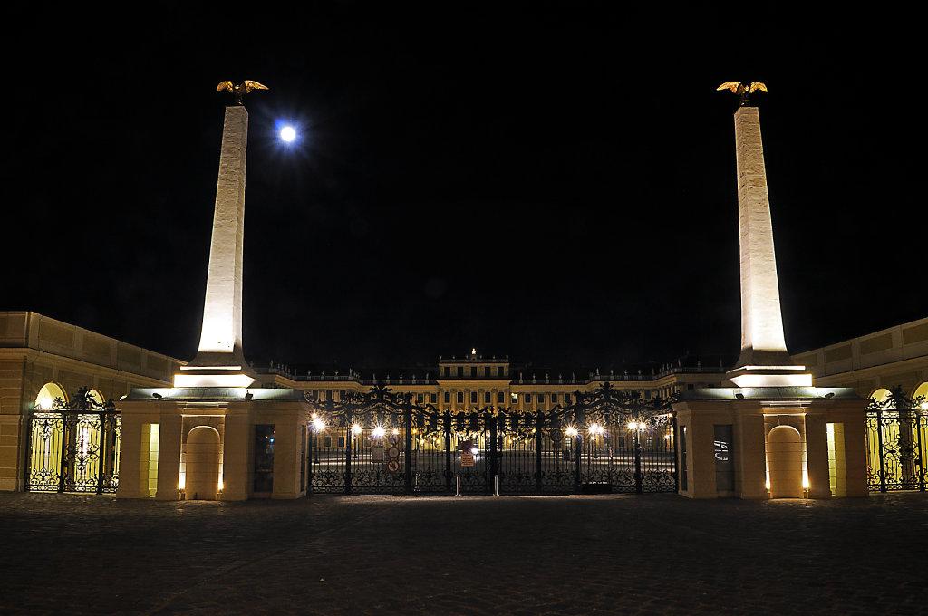 österreich - wien - night shots – schloss schönbrunn -  port