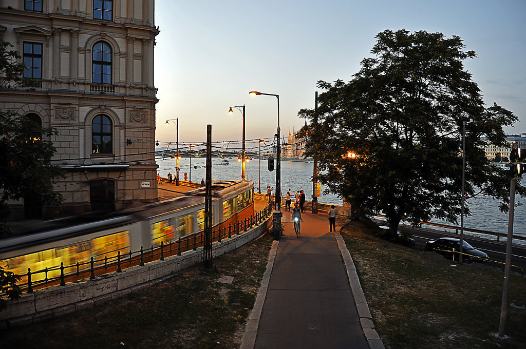 ungarn - budapest - night shots - budai also rakpart