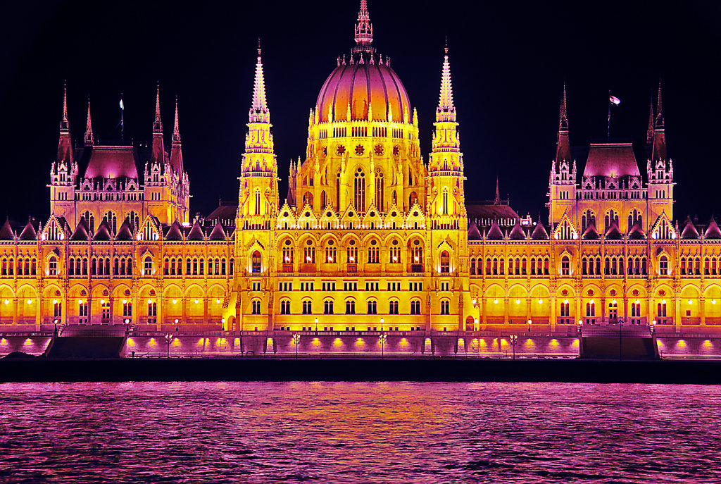 ungarn - budapest - night shots - parlament detail