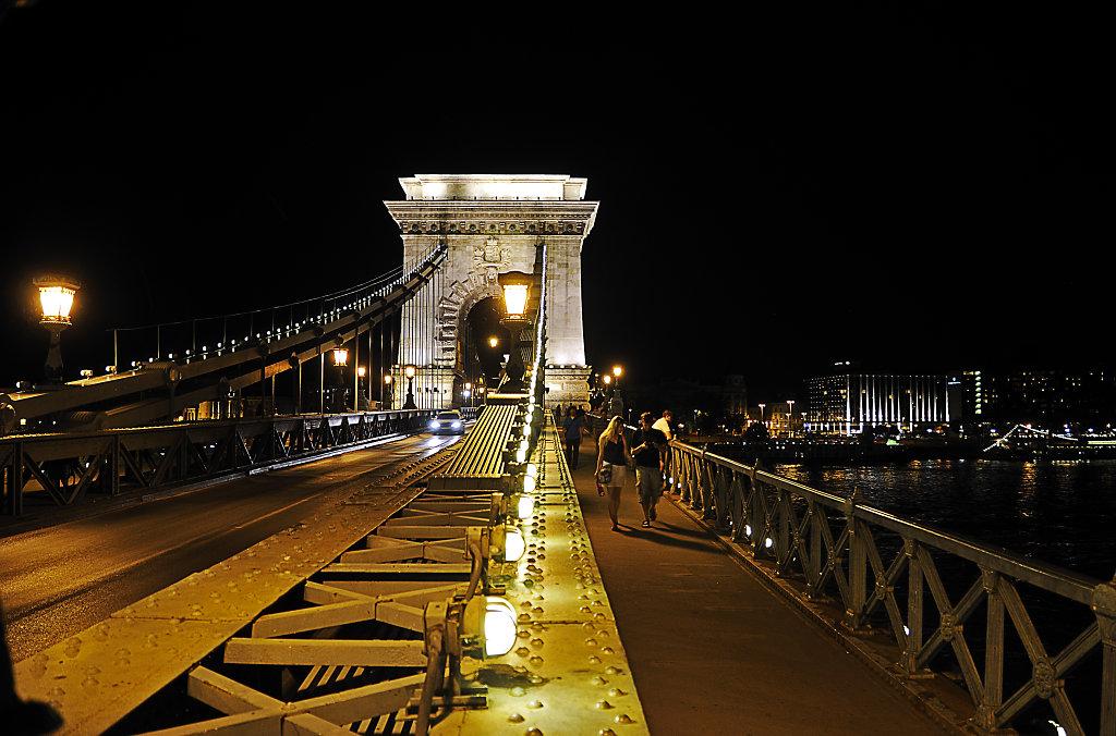 ungarn - budapest - night shots - auf der brücke