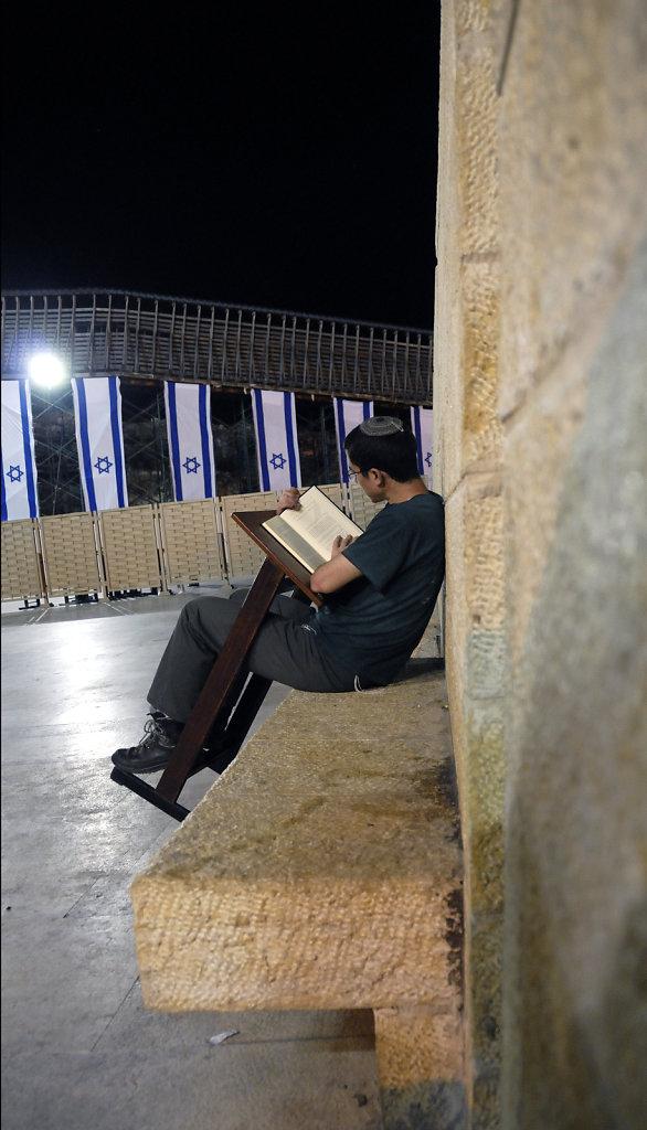 israel – jerusalem - vor der klagemauer nachts - konzentration