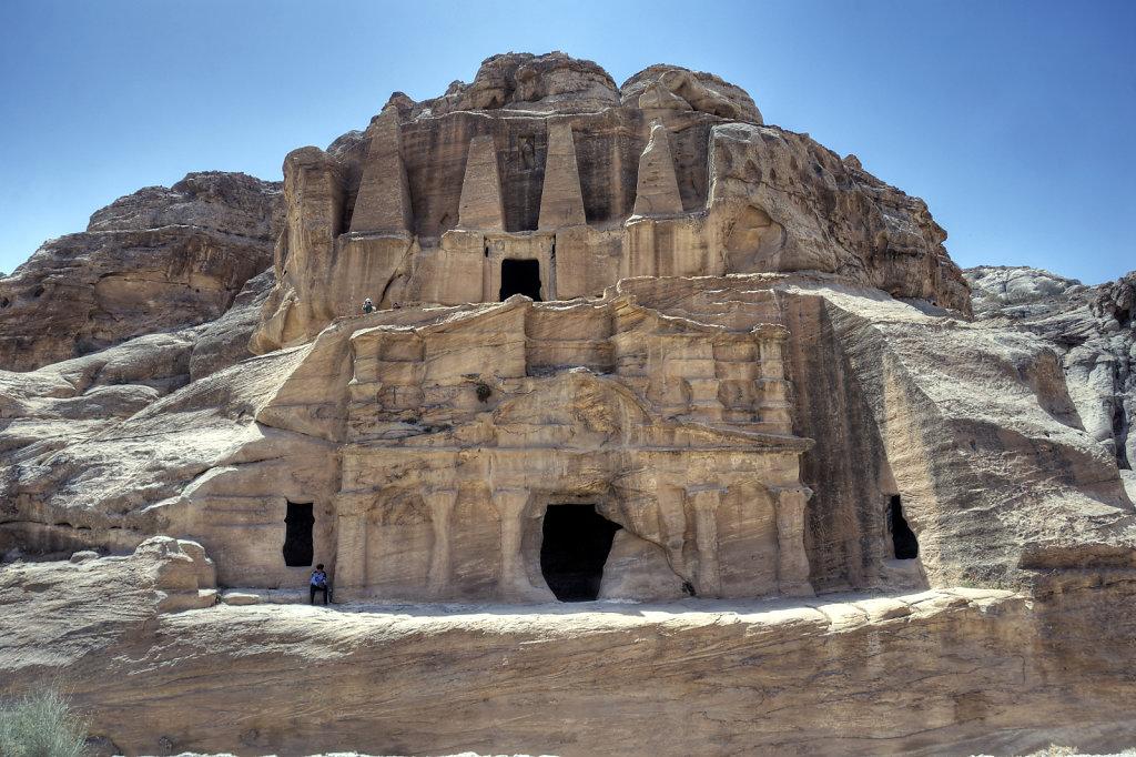 jordanien - petra -  frontansicht obeliskengrab und  bab-es-sik-