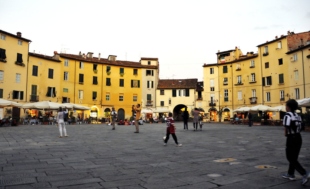 italien- lucca - piazza anfiteatro abends