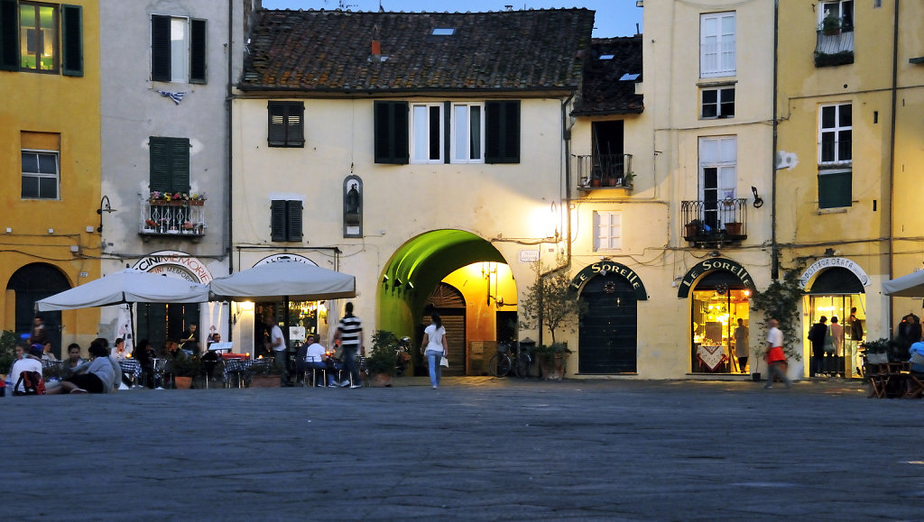 italien- lucca - piazza anfiteatro abends teil 2