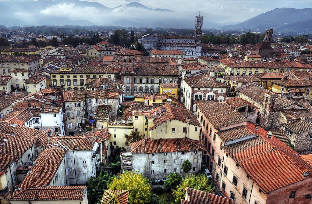 italien- lucca - blick auf die stadt südlich