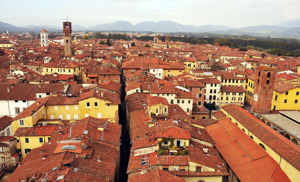italien- lucca - blick auf die stadt westlich