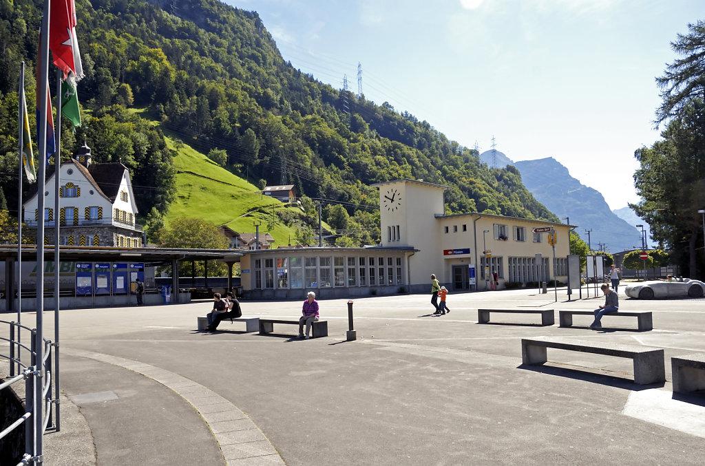 schweiz - flüelen - der bahnhof