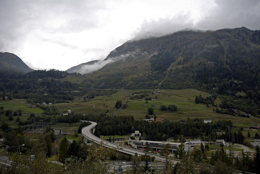 schweiz - gotthardpass - wolkenverhangen