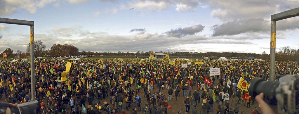 castor november 2010 –  teilpanorama der kundgebung