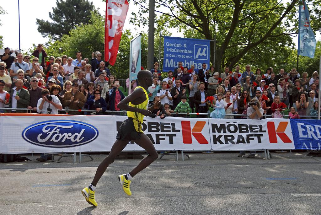 hamburg marathon 2009 -  zieleinlauf charles ngolepus