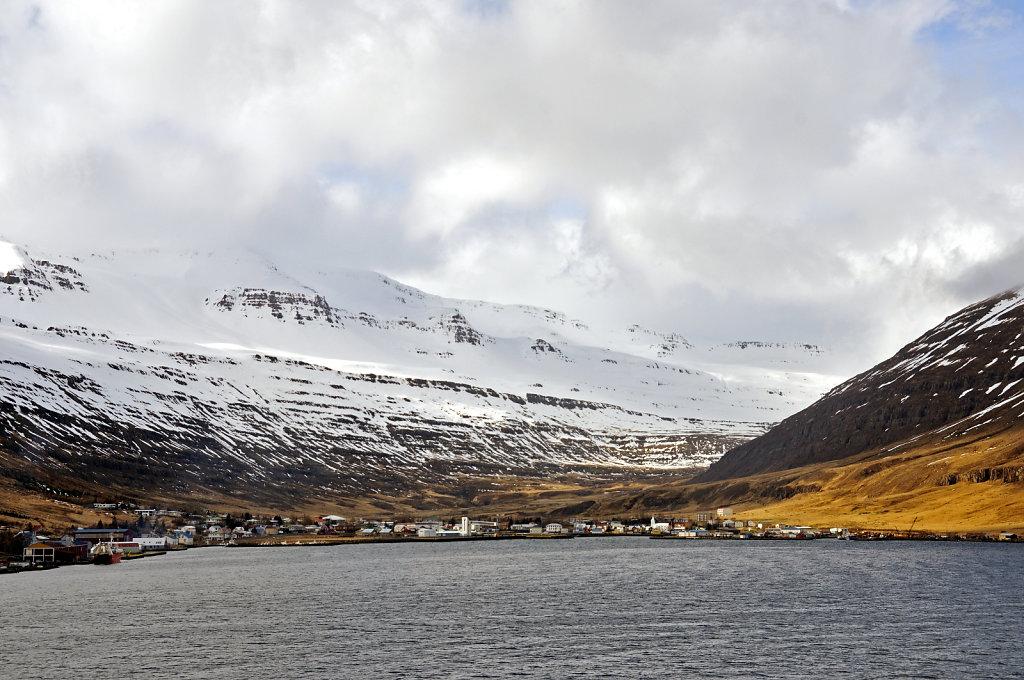 island – seydisfjördur (20) – der ort vom schiff aus