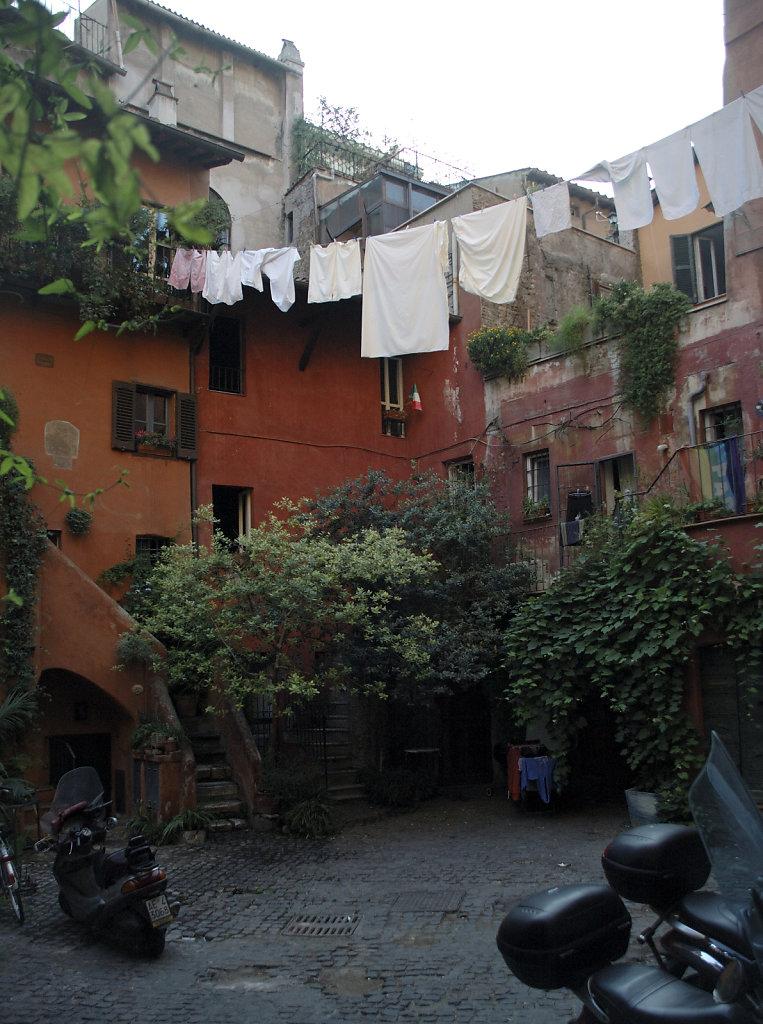 rom (55) - hinterhof
